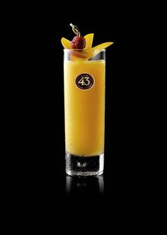Transport yourself to the Caribbean with the tropical, fruity flavours of the Mango Mambo. Don't forget the fruity garnish. Prosecco Cocktails, Summer Cocktails, Sangria, Cocktail Mix, Cocktail Drinks, Smoothie Drinks, Smoothies, Gin, Mango