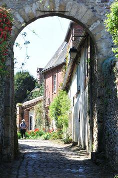 Gerberoy en Picardie, l'un des plus beaux villages de France Mother Earth, Mother Nature, Amiens, Oise, Beaux Villages, Monuments, Outdoor Living, Travel Destinations, Romantic