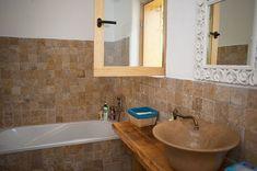 Minunăție de casă în zona Câmpulung | Adela Pârvu - Interior design blogger Corner Bathtub, Alcove, Bathroom, Romania, Interior, Design, Wooden Ceilings, Houses, Washroom