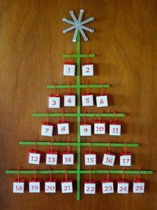 Make tiny origami boxes and a craft stick Christmas tree for a homemade Christmas advent calendar. This simple advent calendar craft is a surprisingly elegant way to count down to Christmas day. Origami Christmas Tree, Christmas Tree Advent Calendar, Stick Christmas Tree, Christmas Arts And Crafts, Christmas Countdown, All Things Christmas, Kids Christmas, Holiday Crafts, Reindeer Christmas