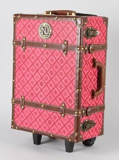 I would feel like I was going to Hogwarts with this luggage...AND I PROBABLY WOULD BE! I need to go back to Orlando...