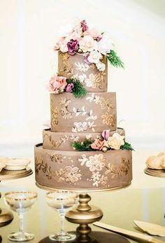 Um toque dourado nos bolos - tendências - Bolo de noivos. Amazing gold wedding cake. Trends #weddingcakes