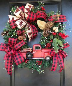 Custom And Unique Door Wreaths Christmas Red Truck, Christmas Bows, All Things Christmas, Christmas Crafts, Christmas Ideas, Xmas, Christmas 2019, Elf Christmas Decorations, Christmas Wreaths For Front Door