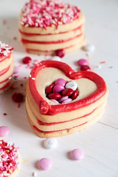 Your valentine will be surprised by what they find inside these Valentine Surprise Sugar Cookie Stacks! Dish Count :: 1 Baking Sheet, 1 Piping Bag with Round Tip Click tosee the NEW videofor all the details! Romance isn't dead, y'all. Because this weekend I woke up to the wondrous sound of Ben unloading the dishwasher. … Pillsbury Sugar Cookies, Sugar Cookie Dough, Cookies Et Biscuits, Valentines Surprise, Valentines Day Food, Cookie Recipes, Dessert Recipes, Bar Recipes, Holiday Recipes