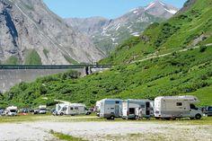 Gigantisch: Der große Stellplatz für 100 Mobile liegt unterhalb der Staumauer des Tocce vor herrlichem Panorama. Hier alle Infos zum Stellplatz Area attrezzata Lago di Morasco im Piemont.