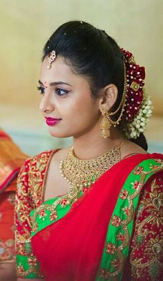 Fulfill a Wedding Tradition with Estate Bridal Jewelry South Indian Wedding Hairstyles, Bridal Hairstyle Indian Wedding, Bridal Hairdo, Indian Bridal Fashion, Indian Hairstyles, Bride Hairstyles, Wedding Saree Collection, Bridal Makeover, Bridal Blouse Designs
