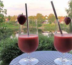 Frozen Strawberry Daiquiri er en slushdrink med jordbær. Det er den perfekte sommerdrink, men kan selvfølgelig nytes året rundt. Kjølende, smooth og nydelig. Daiquiri, Allergies, Alcoholic Drinks, Strawberry, Food, Liquor, Alcoholic Beverages, Meals, Strawberries