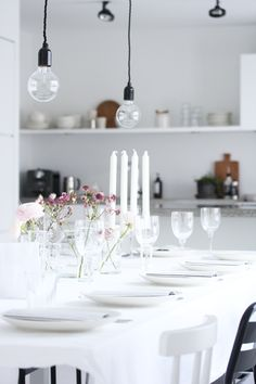 black and white + open shelving Nordic Interior Design, Scandinavian Interior, Interior Design Inspiration, Come Dine With Me, Dining Decor, Dining Room, Party Table Decorations, Table Settings, Open Shelving