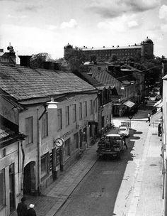 Bredgränd, 60-tal, innan rivningsepoken. Uppsala, Sweden, Paris Skyline, Parking Lot, Train, Black