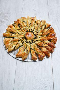 Ingrédients pour 4 personnes : – 2 pâtes feuilletées prêtes à dérouler – 200 g de tapenade – 1 œuf Préchauffez le four à 180°C (th.6). Déposez une pâte feuilletée sur du papier…