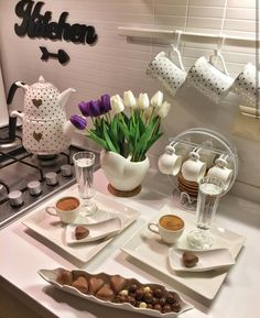 ideas for brunch decoracao mesa Breakfast Presentation, Food Presentation, Brunch Mesa, Food Decoration, Table Decorations, Turkish Breakfast, Kitchen Organisation, Food Platters, Arabic Food