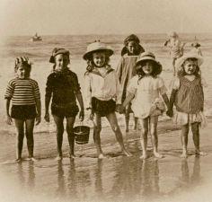 Old beach photo's Vintage Beach Photos, Vintage Children Photos, Photo Vintage, Vintage Pictures, Vintage Photographs, Vintage Images, Vintage Kids, Beach Pictures, Old Pictures