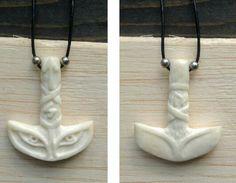 Colgante en hueso de vacuno, talla Martillo de Thor, Mjölnir, ojos de lobo y runas Tyr, Sowelu, Uruz. 60€ #Viking #mjölnir #runa