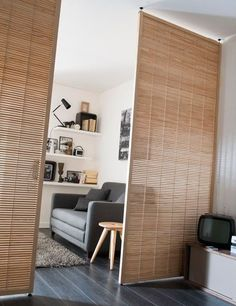 removable partition 8 kleines studio castorama - Home Page Studio Apartment Divider, Studio Apartment Layout, Studio Apartment Decorating, Apartment Design, Apartment Living, Studio Apartments, Modern Apartments, Apartment Interior, Apartment Ideas