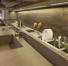 Рабочая зона кухни. Столешница из искусственного акрилового камня corian. Дизайн и интерьер. Кухня и дом.
