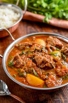 Enjoy a fakeaway night, with this delicious and Syn Free Beef and Potato Curry, leaving you plenty of syns to enjoy a couple of poppadums. Gotta love a good ole simple curry and this one Healthy Dinner Recipes, Indian Food Recipes, Vegetarian Recipes, Healthy Meals, Healthy Food, Healthy Eating, Slimming World Beef Curry, Curry Recipes, Beef Recipes