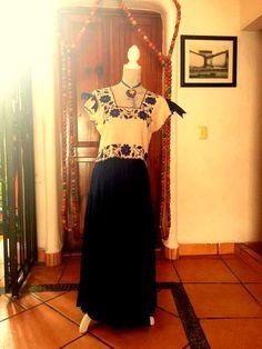 Conjunto de Crop Top de lino bordado de #Yucatán, falda sencilla azul y de accesorio un dije de Frida de porcelana pintado a mano.