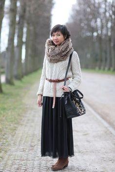 Длинная юбка, пуловер, сумка манго, коричневый ремень, мееховой шарф, коричневые ботильоны