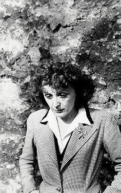 Edith Piaf  by Henri Cartier - Bresson (1946)