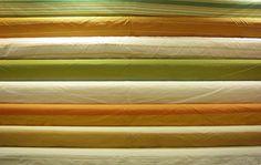 Taffetas grandes largeurs. En 3m et 3m30, polyester, soie et coton. Disponibles au rayon ameublement de votre magasin Ellen Décoration.