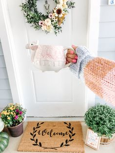 Find out how I took my summer wreath to Fall in 10 minutes Christmas Table Decorations, Holiday Decor, Tray Decor, Summer Wreath, Bar Cart, Sweet Home, Wreaths, Coffee, Fall
