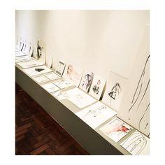E a partir desse ano, minhas ilustrações estarão disponíveis para a venda num cantinho charmoso do Atelier, que virou uma pequena galeria! Os trabalhos tem tamanhos variados e podem, também, ser encomendados de acordo com o seu desejo ou com o espaço que pretende colocar. De aquarelas a pinturas em parede, tudo a nossa cara! ❤️. #illustration #ilustração #arte #moda #fashiondraw #aquarela #nanquim #art #paint