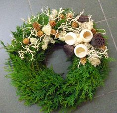 Groszki i róże... Fall Wreaths, Christmas Wreaths, Christmas Ornaments, Handmade Christmas Decorations, Holiday Decor, Cemetery Decorations, Bouquet Holder, Christmas Flower Arrangements, Modern Wreath