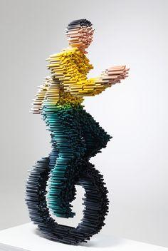 Les sculptures de l'artiste coréen Kang Duck-Bong sont réalisées à partir de tubes en PVC collés entre eux et recouvert de peinture d'uréthane.