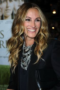 Julia Roberts and her beautiful hair! I love Julia! Eric Roberts, Julia Roberts Hair, Pretty People, Beautiful People, Beautiful Smile, Gorgeous Hair, Celebrity Hairstyles, Cool Hairstyles, New Hair