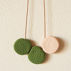 Texturing polymer clay is fun and easy to do, especially by using everyday items you probably already have at home. In this tutorial we'll show you how to create three unique duo tone necklaces using buttons and a wooden skewer. Easy Polymer Clay, Polymer Clay Necklace, Fimo Clay, Polymer Clay Projects, Polymer Clay Creations, Polymer Clay Earrings, Tutorial Colar, Collier Simple, Clay Texture