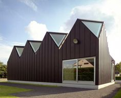 Built by NU architectuuratelier in Sint-Denijs-Westrem, Belgium with surface Images by Filip Dujardin. Build on the foundations of the previous building, the present development was required to have a dual function. Industrial Architecture, Roof Architecture, Zinc Cladding, Interior Garden, A Boutique, House Design, Roof Design, Outdoor Structures, Ghent Belgium