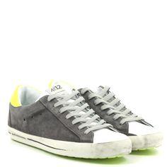 Sneakers allacciata in camoscio linguetta pelle.Tallone applicazione pelle fluo.Fodera tessuto.Fondo gomma logo laterale.Made in Italy