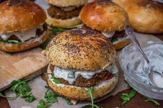A veggie burger made with falafel! (in French) Burger Mania, Burger Co, Burger And Fries, Falafel Burgers, Pizza Burgers, Vegan Burgers, Burger Recipes, Vegetarian Recipes, Cooking Recipes