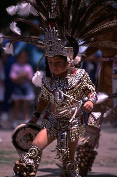 Danza Atzeca foto Marco Santi All children are beautiful but we especially enjoy the Mexican children wearing traditional clothing - for more of Mexico visit www. We Are The World, People Of The World, Aztec Costume, Aztec Warrior, Mexico Culture, Aztec Art, Chicano Art, Mexican Art, Pics Art