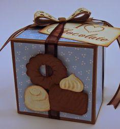 Marjoleine's blog: Doosje met bonbons.  In het blogbericht staat een link naar het patroon van het doosje.