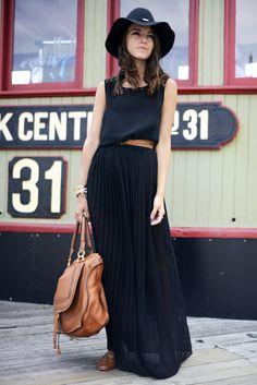 Sleeveless black maxi dress and hat fashion trend Moda Fashion, Fashion Trends, Nyc Fashion, Fashion Bloggers, Maxi Skirt Style, Black Pleated Skirt Outfit, Black Maxi, Navy Maxi, Black Blouse