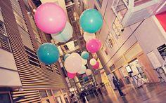 Jätteballonger i olika storlekar som fyller en hel entré. I love it!