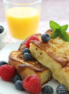 """Der French Toastoder zu Deutsch """"Arme Ritter"""" gab es in ähnlicher Form schon zu Zeiten der Römer. Dieses Gericht hat bis heute nichts an seinem herrlichen Geschmack eingebüßt und wirdin den unterschiedlichsten Variationen rund um den Erdball gegessen. Wir servieren dir dieses schnelle Frühstück mit einem fruchtigen"""