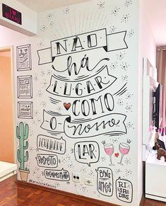 Olha que belíssimo trabalho realizado nessa parede 💜 Ficou incrível, hein?😍 #arteévida ⠀⠀⠀⠀⠀⠀⠀⠀⠀⠀⠀⠀⠀⠀⠀ ⠀⠀⠀⠀⠀⠀⠀⠀⠀⠀⠀⠀⠀⠀⠀ 📸 Projeto… Different Lettering Styles, Wall Drawing, Instagram Blog, Posca, Happy Fall, E Design, Decoration, Chalkboard, Living Room Decor