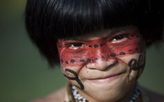Menino da tribo Guarani Kaiowa posa para foto. Índios de todo o mundo estarão na aldeia Kari-oca durante a Rio+20