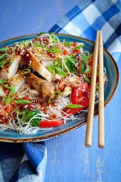 Life Scoops: Vermicelli Rice Noodles with Stir-fried Chicken and Sriracha-Soy Sauce