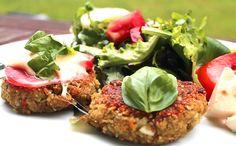 Schnell zubereitet, vegetarisch und kohlenhydratreduziert. Die feinen Grünkernbratlinge werden mit Tomate und Mozzarella überbacken. Dazu gibt es einen frischen knackigen Salat. Ein leckeres kohlenhydratreduziertes Gericht.
