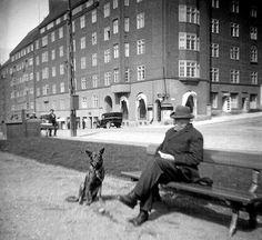 """""""Isoisäni kuvasi omaa isäänsä 1920-luvun lopussa Runeberginkadulla"""", kirjoittaa Esko Kumpunen."""