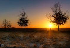 https://flic.kr/p/Rp3MZN | Herbstmorgen | Es war ein kalter aber wunderschöner Morgen vor den Toren Hannovers. Ich nahm Fotos während der blauen Stunde und dem folgenden Sonnenaufgang auf. Als eine Person vorbei ging, entstand dieses Foto mit der aufgehenden Sonne und einem menschlichen Element. +++ It was a cold yet wonderful morning outside of Hannover, Germany. I took some shots during blue hour and sunrise.   When somebody walked along it gave a perfect human addition to the beautiful…