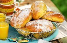 Nybakta morotsbullar som får jäsa över natten. Skäm bort familjen med nybakat bröd till frukost! Förbered degen kvällen innan, låt jäsa i kylen under natten – sen är det bara att baka ut...