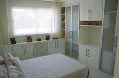 o espaço abaixo da janela é sempre esquecido,ali pode ser uma sapateira ou mais gavetas para acessórios e roupas miúdas