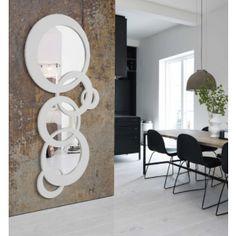 Elegant og stilfullt speil bestående av 3 speil og 3 ekstra sirkler. $6,590.00