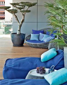 A chaise de Patricia Urquiola (redonda) para a B&B Italia e a de Paola Lenti convidam a descansar. Almofadas da Poeira. No paisagismo de Gonçalo Cruzeiro, a escultural oliveira-anã harmoniza com as palmeiras.