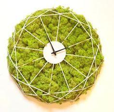 Amenez un peu de verdure chez vous avec cette Horloge à aiguilles. IDÉE CADEAU Horloge végétale en lichen ou en mousse boule de Provence. diamètre : 40 cm Toutes les réalisations sont faites de facons personnalisée dans notre atelier. Durée de vie : 7-10 ans Feuillages 100% naturels stabilisés Sans entretien Pas besoin d'eau Pas besoin de soleil