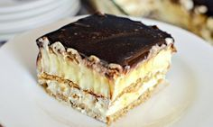 You only need a handful of ingredients to make this No Bake Chocolate Eclair Cake. You'll love the Home Made Chocolate Eclairs and Bee Stings too! No Bake Desserts, Easy Desserts, Dessert Recipes, Bon Dessert, Food Cakes, Cupcake Cakes, Cupcakes, Eclair Cake Recipes, Tart Recipes